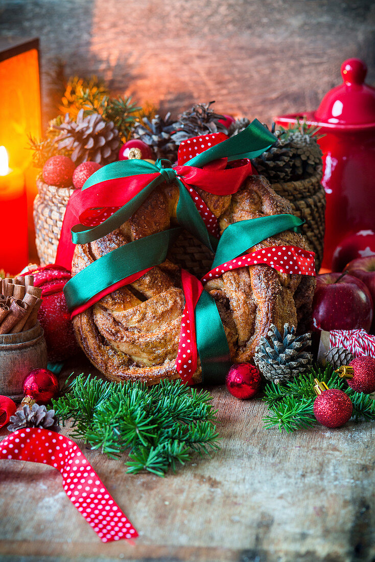 A yeast wreath with cinnamon (Christmas)