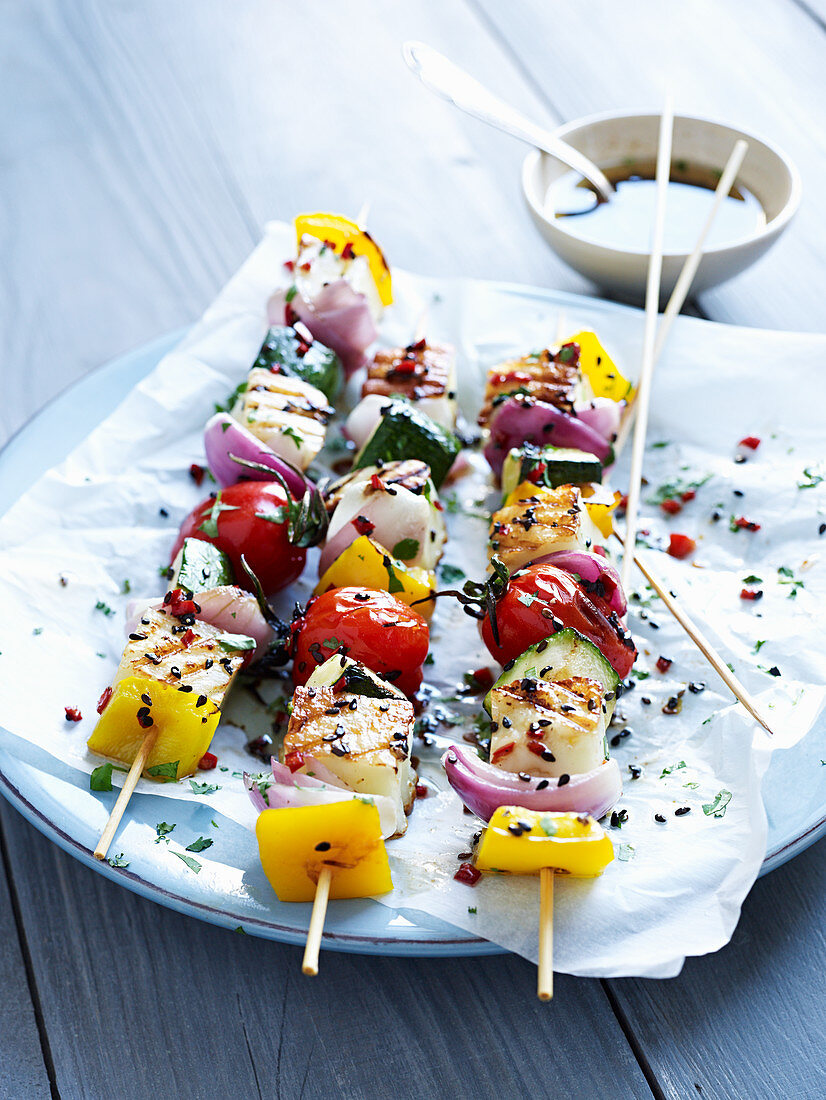 Grilled skewers with haloumi and vegetables