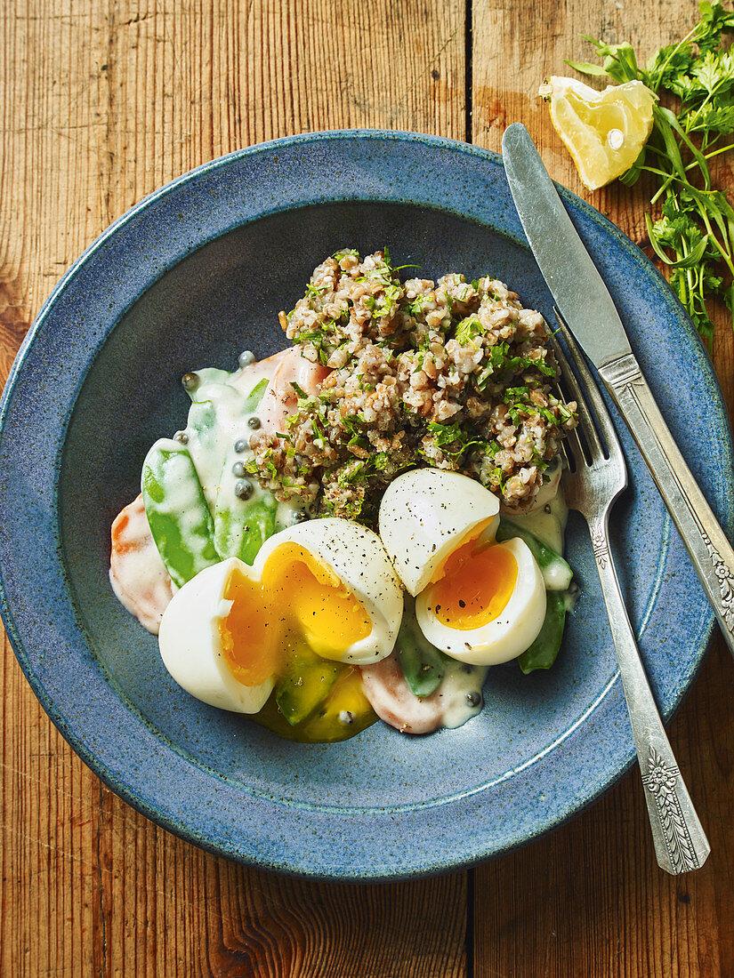 Wachsweiche Eier mit Kräuter-Grünkern und Frühlingsgemüse