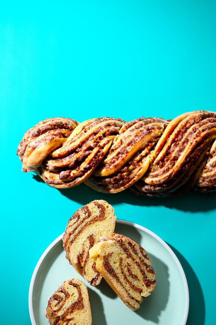 Braided nut cake (trend from the 1980s)