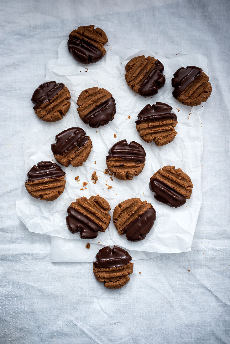 Nougat cookies with dark chocolate icing (vegan)