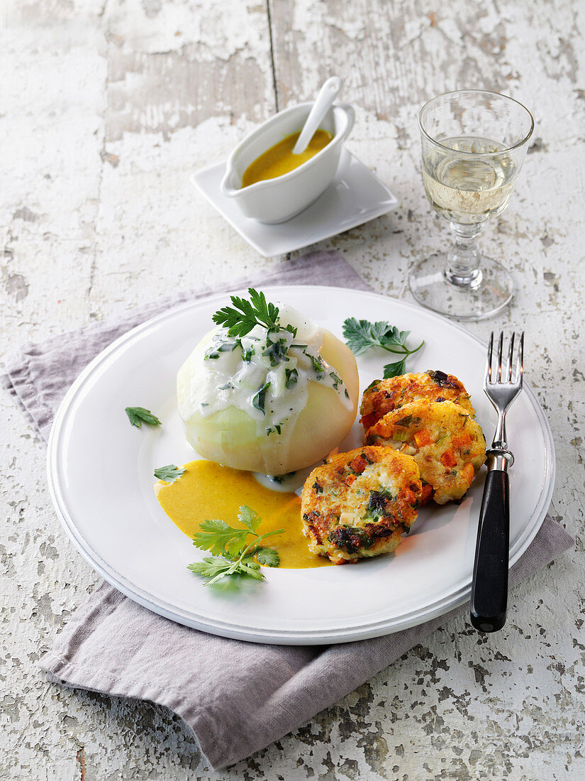 Stuffed kohlrabi with freekeh fritters and curry sauce