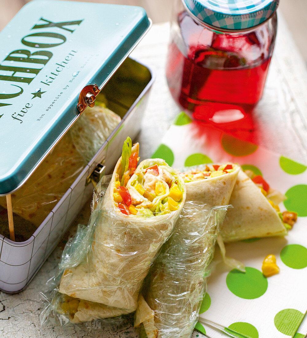 Texmex-Wraps mit Hähnchenbrust, Mais und Avocado