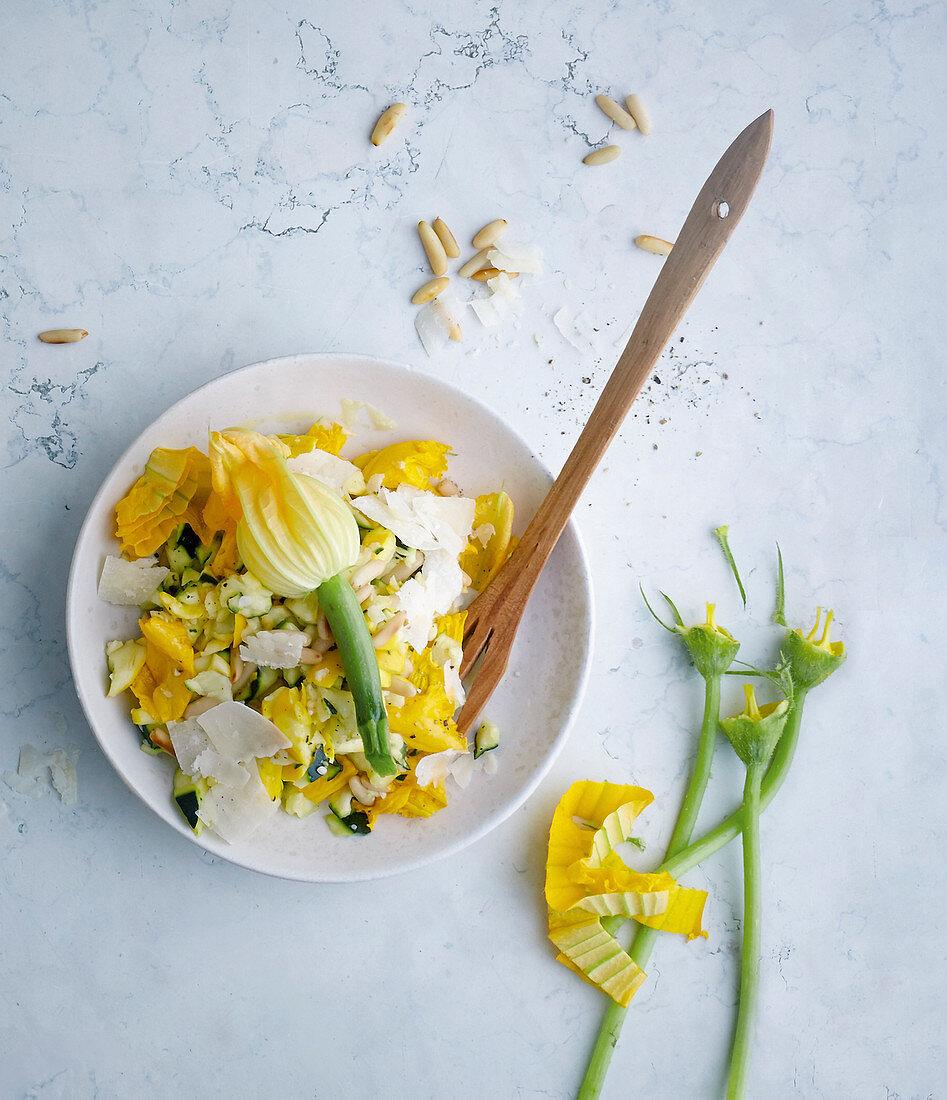 Zucchinirohkostsalat mit Parmesan und Pinienkernen
