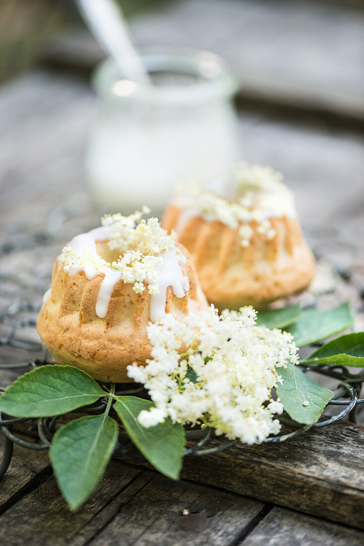 Mini Bundt cakes with elderflowers and icing