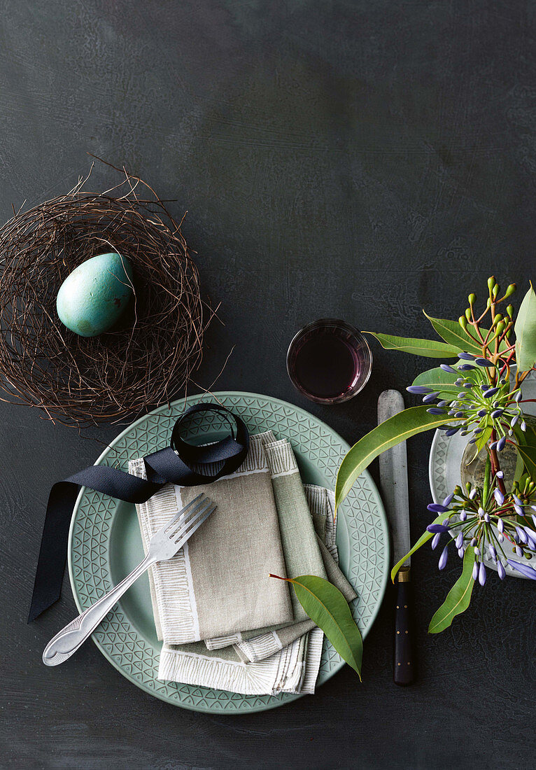 An Easter place setting on an anthracite-coloured background