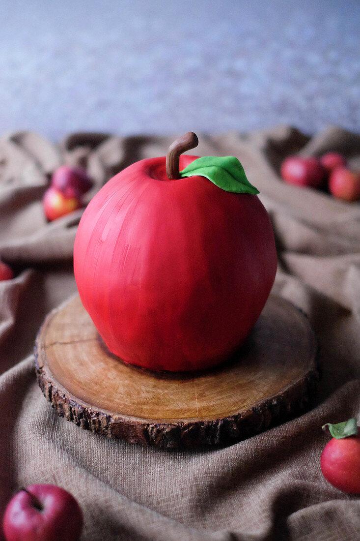 3D-Apfeltorte mit Karamellbuttercreme auf Baumscheibe