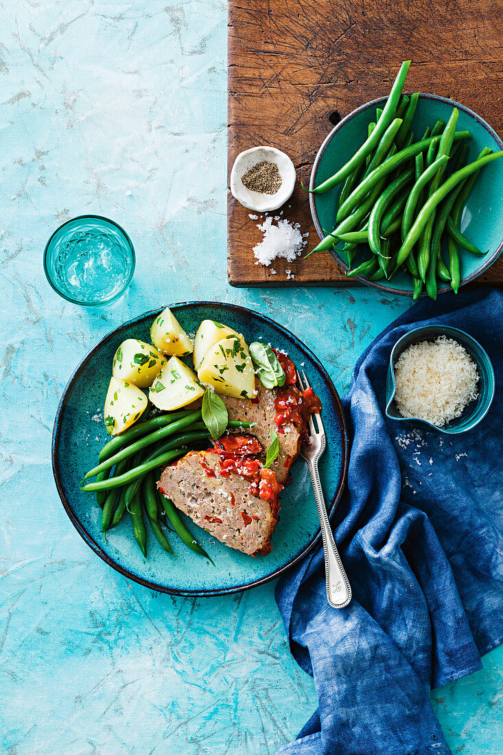 Meatloaf with tomatoes, potatoes and green beans