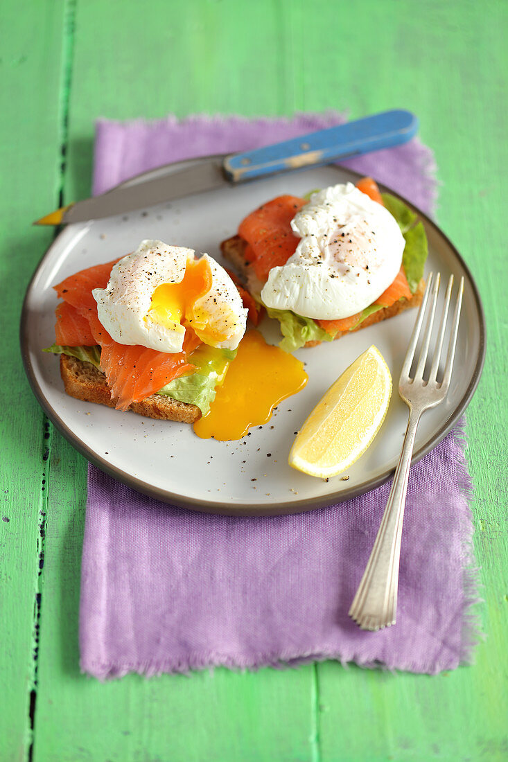 Toast with smoked salmon and poached egg