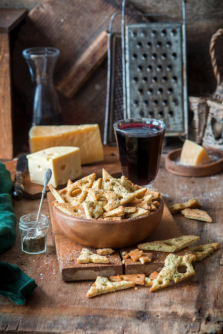 Homemade cheese crispbread with a glass of red wine