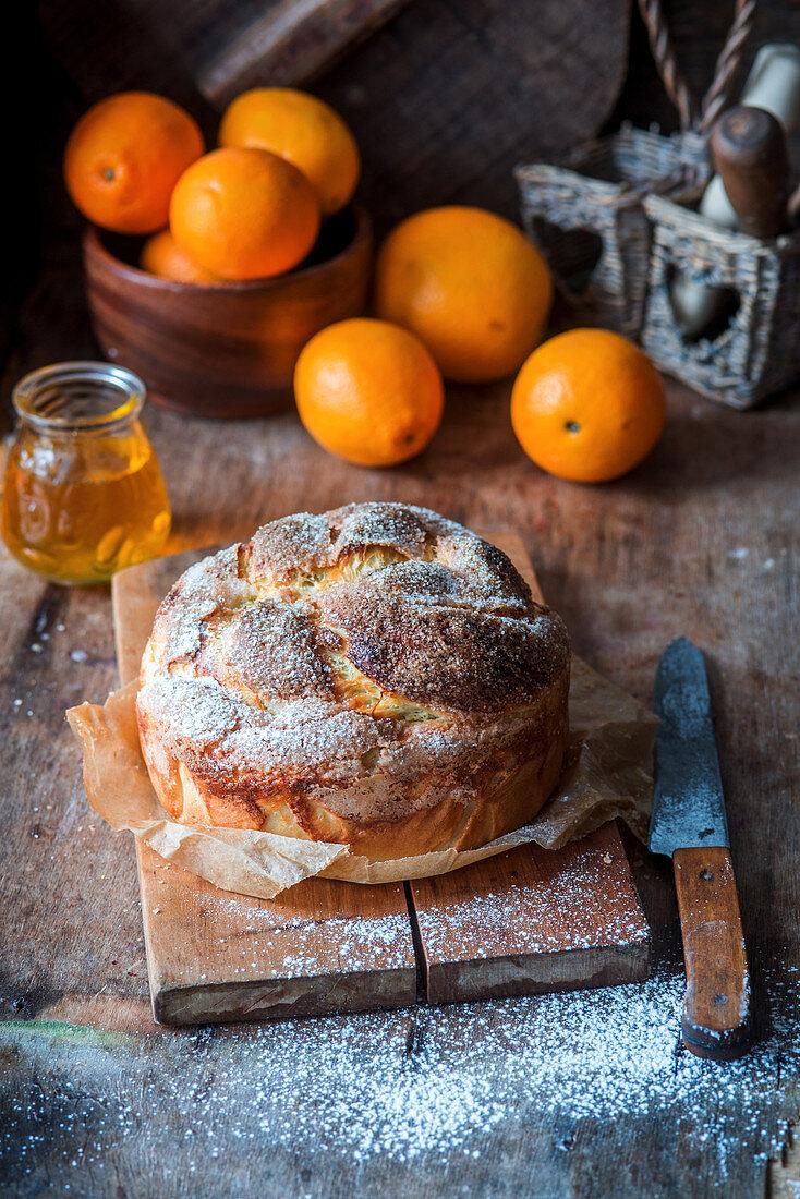 Süsses Brot mit Honig und Orangen