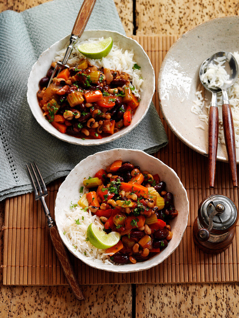 Vegetable chili with rice and limes