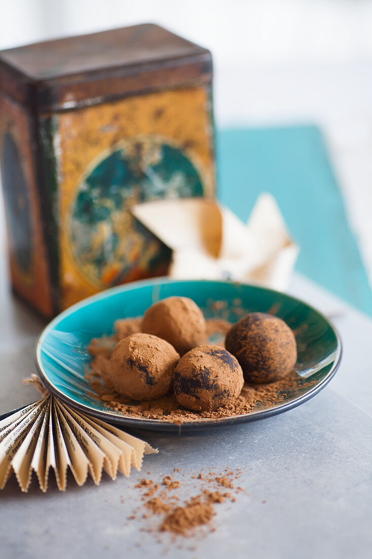Date confectionery with cinnamon powder