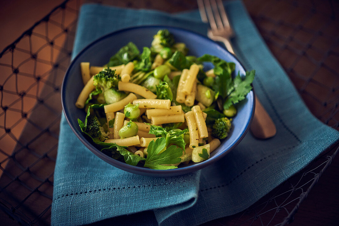 Macaroni with broad beans and broccoli