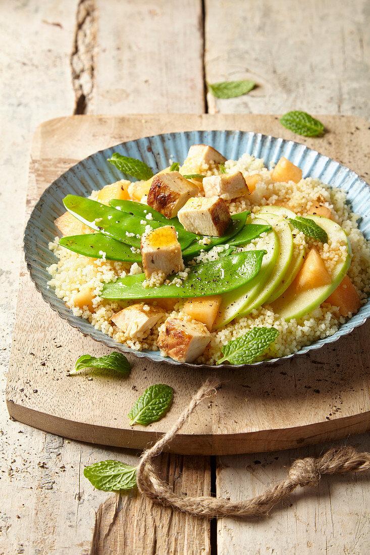 Couscoussalat mit Hähnchen, Apfel, Cantaloupemelone und Zuckerschoten