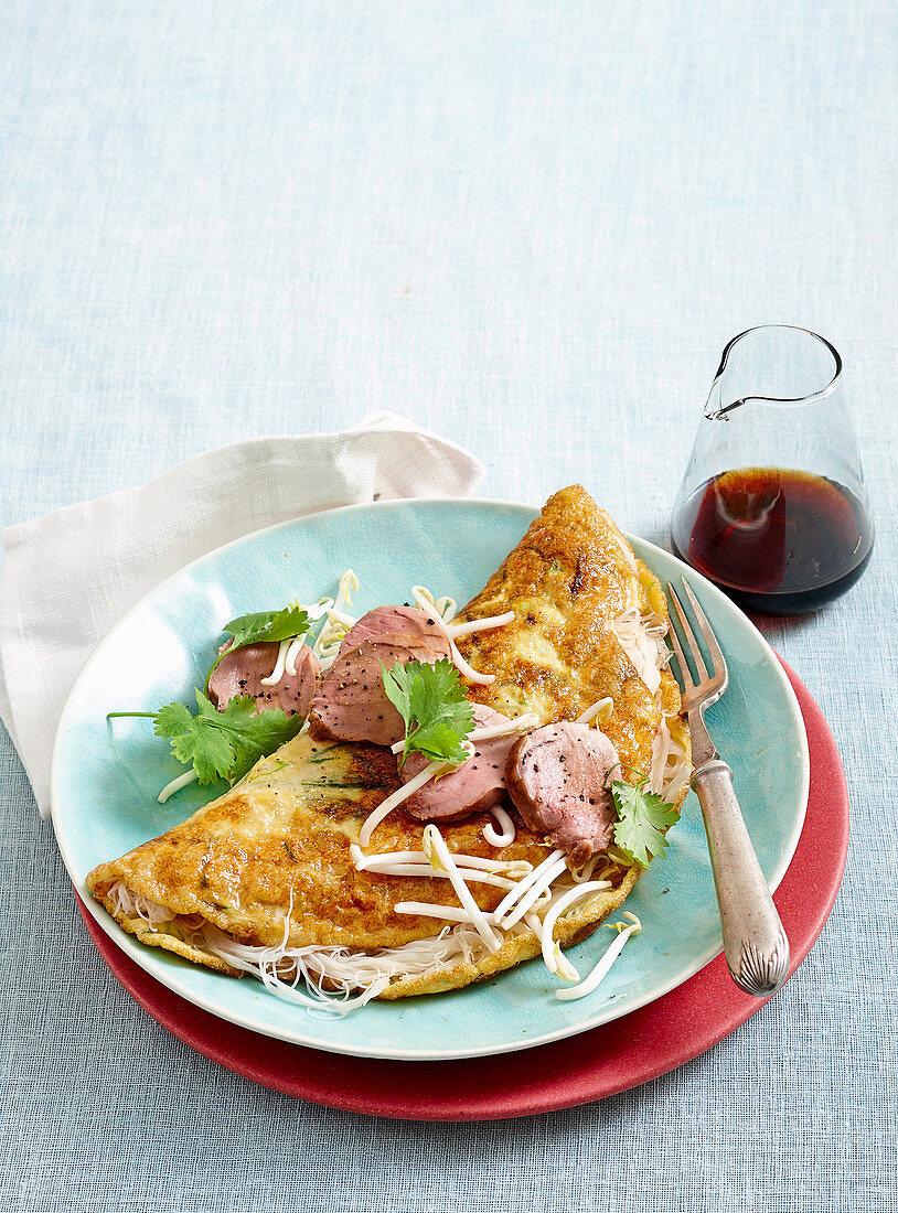 Omelette mit Fadennudeln und Hoisin-Schweinefilet