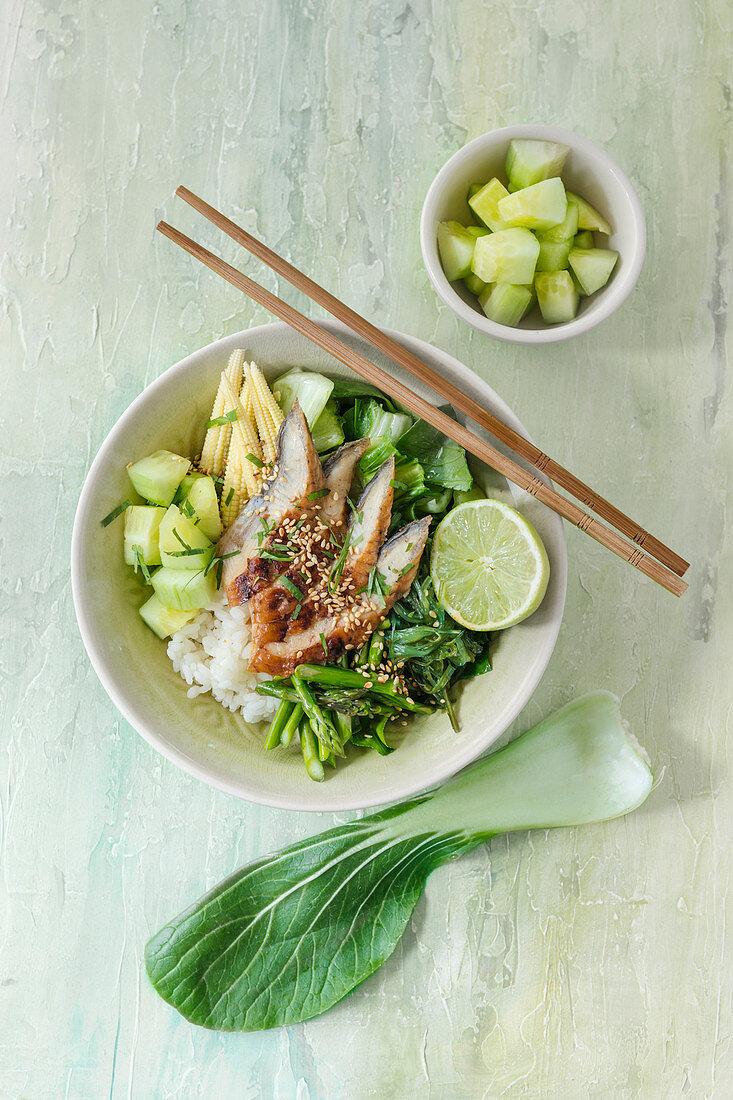 Poke bowl with smoked mackerel, cucumber and corn cobs (Hawaii)