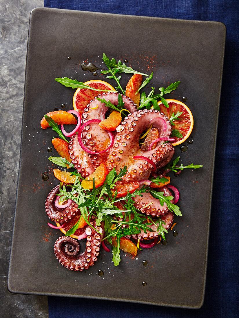 Oktopussalat mit Blutorangen, Rucola und roten Zwiebeln