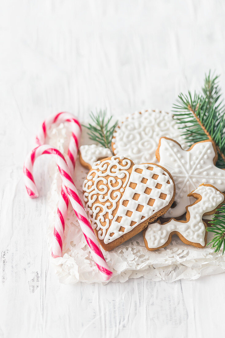 Gingerbread cookies with frosting