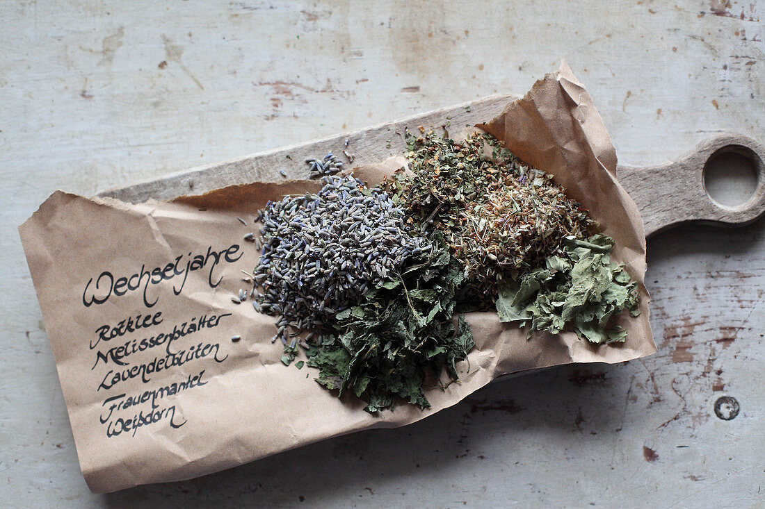 Mix-it-yourself medicinal teas for the menopause (red clover, lemon balm, lavender flowers, lady's mantle and hawthorn)
