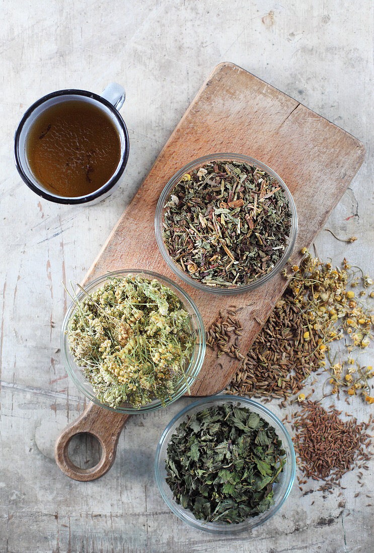 Mix-it-yourself herbs with an enamel mug