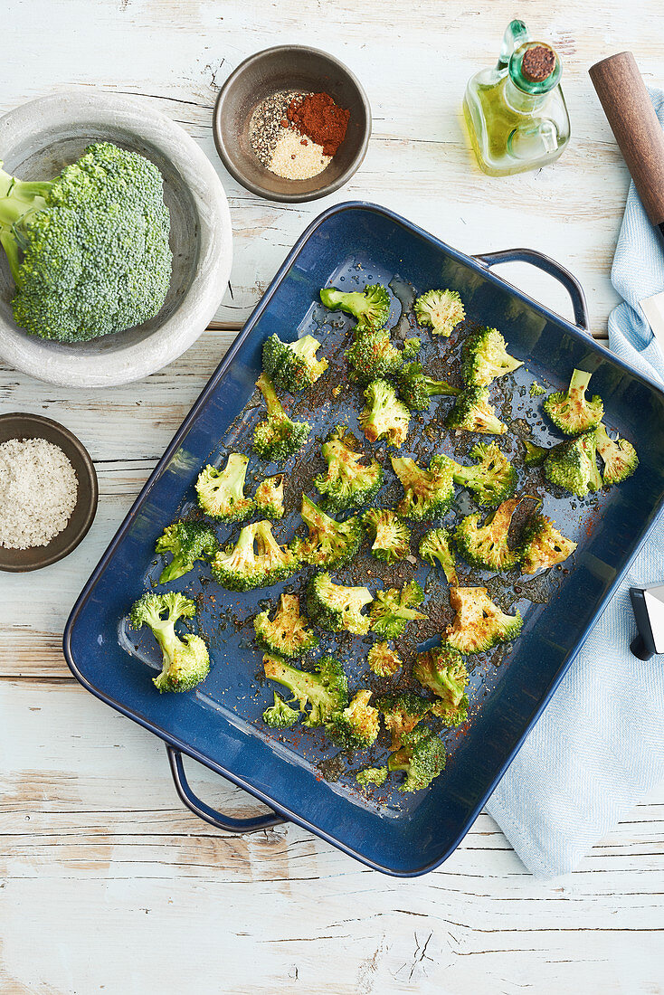 Oven-roasted broccoli with spices (seen from above)