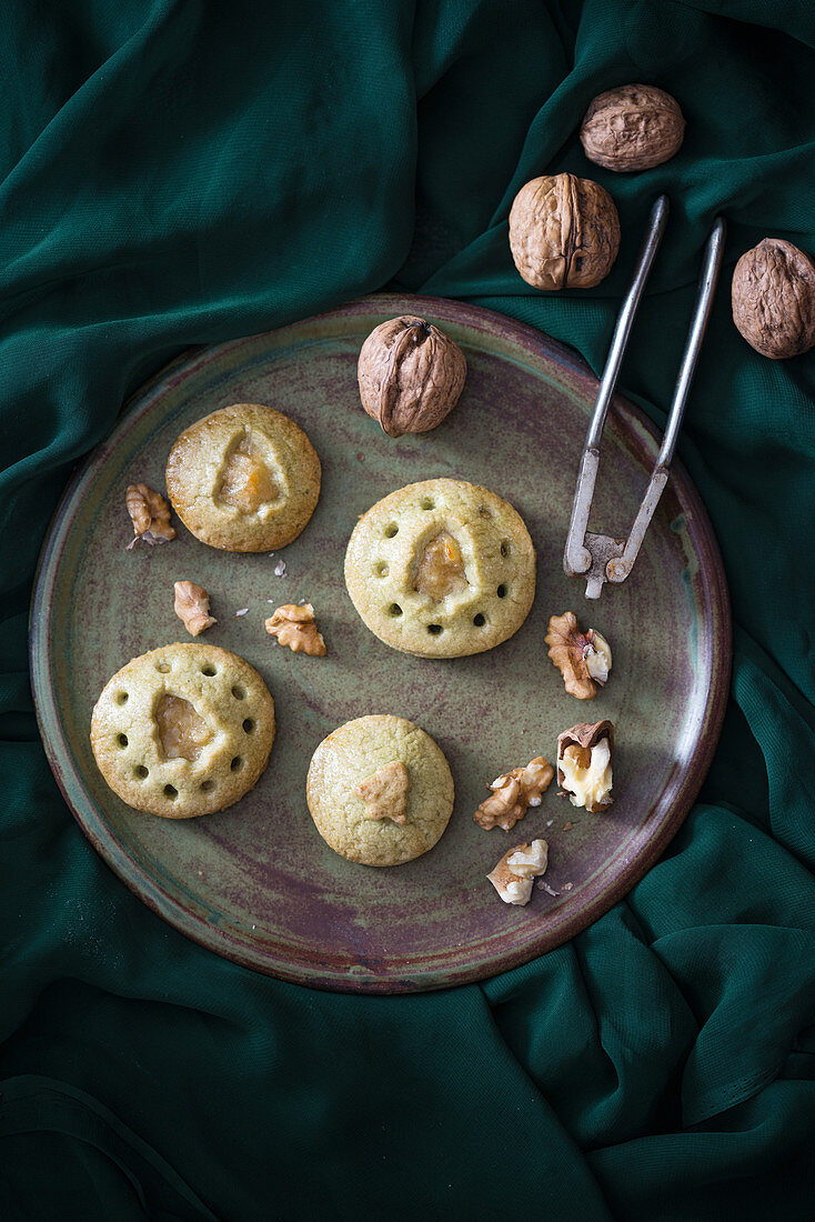 Christmas pies with green tea, apples and walnuts (vegan)