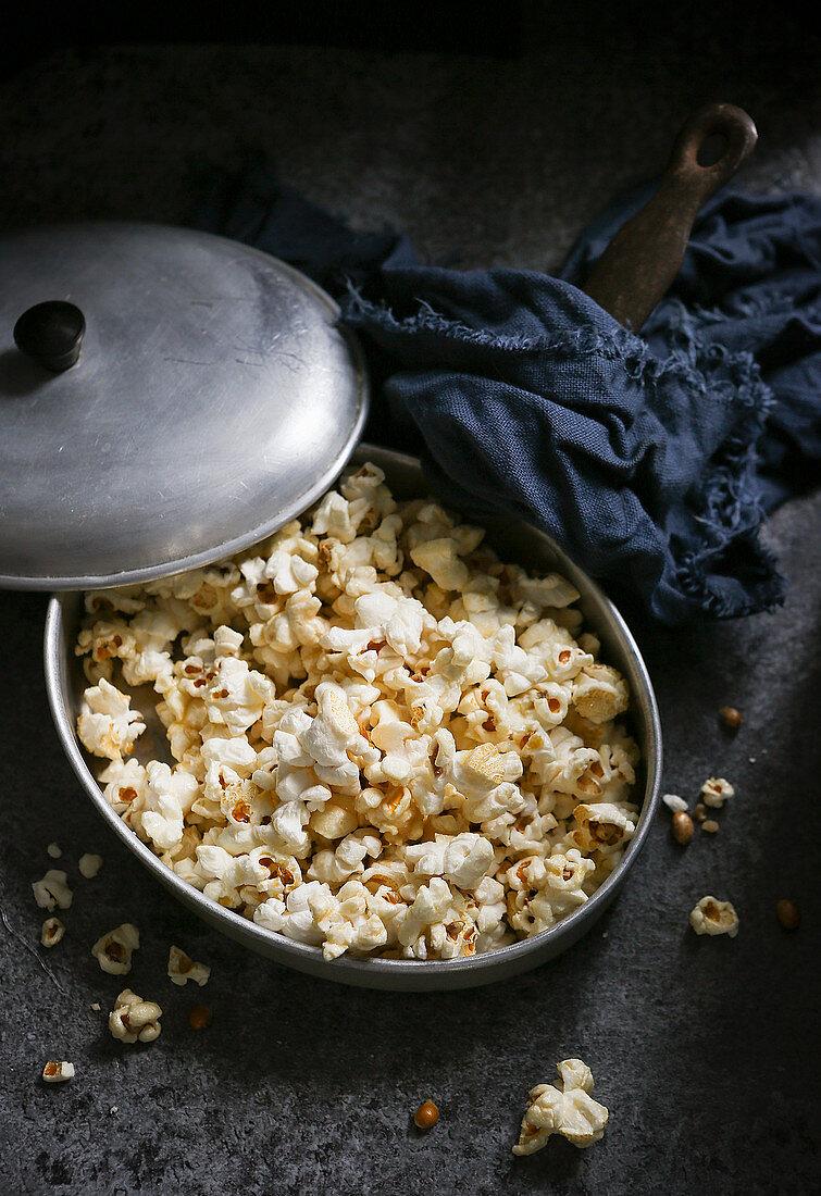 Frisch zubereitetes Popcorn in Vintage-Topf