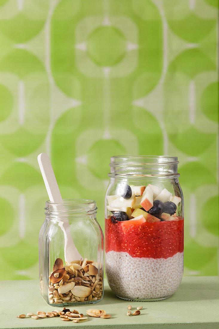 Chia-Pudding mit Nüssen und Früchten 'To Go'