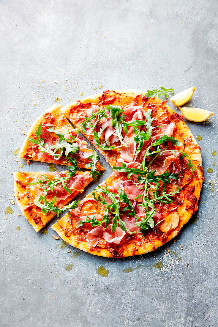 Pizza with sweet potato, prosciutto and rocket
