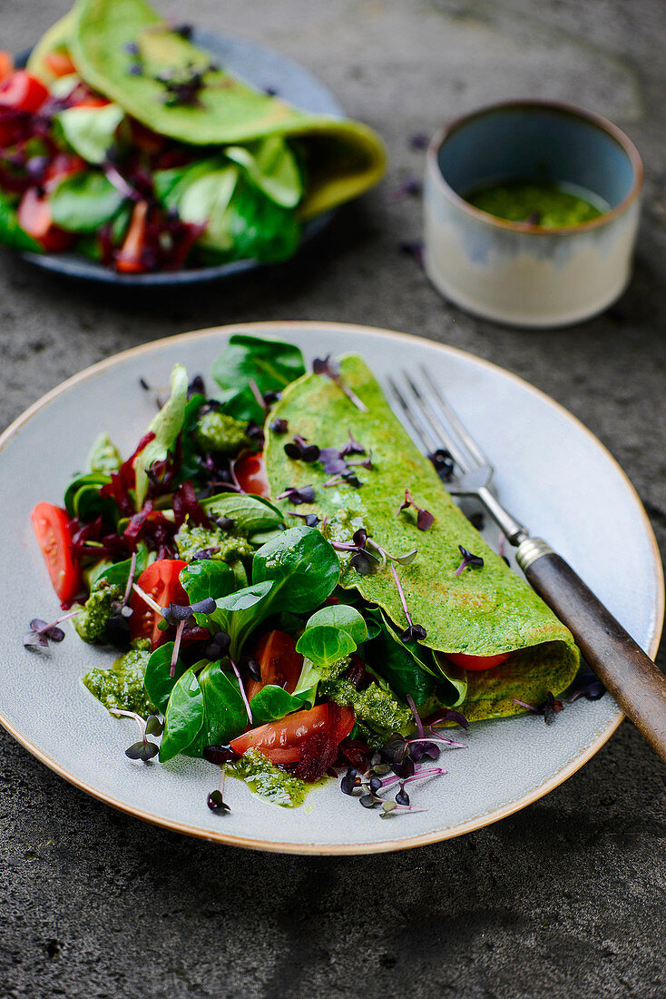 Spinach omelette with salad and pesto