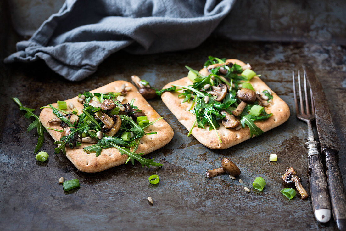 Toast with rocket, mushrooms and spring onions (vegan)