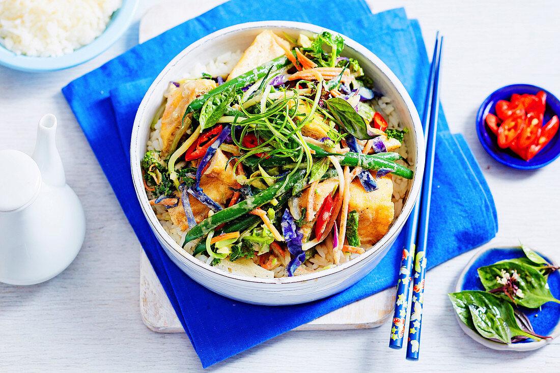 Grünes Gemüsecurry mit Tofu und Gemüse