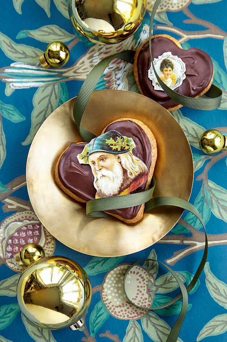Christmas gifts from the kitchen: Heart-shaped cookies with chocolate icing and pictures