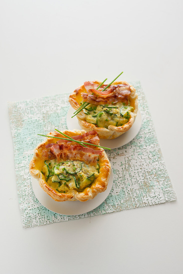 Pastry cups with zucchini, egg and bacon