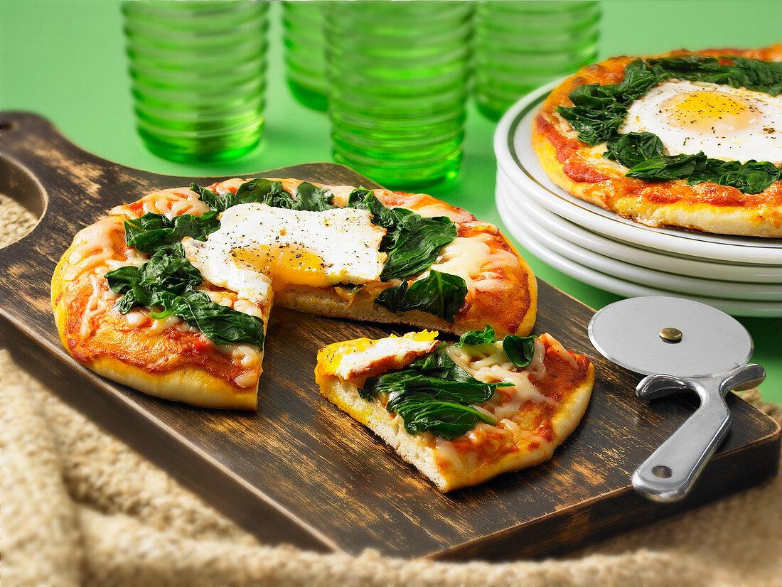 Pizza Florentine mit Spinat und Spiegelei