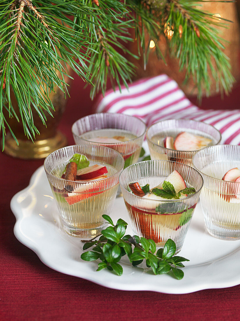 Hot appel cider with mint