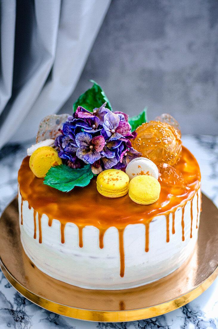 Festtagstorte mit Macarons und Blumen