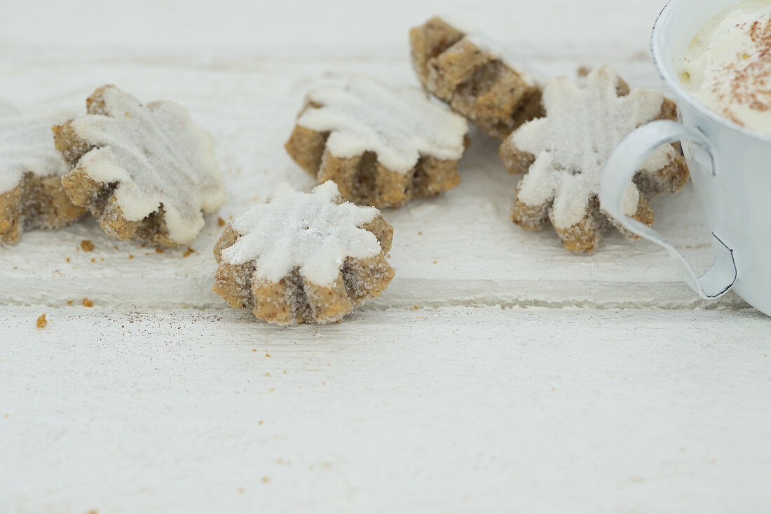 Iced flower-shaped cinnamon biscuits
