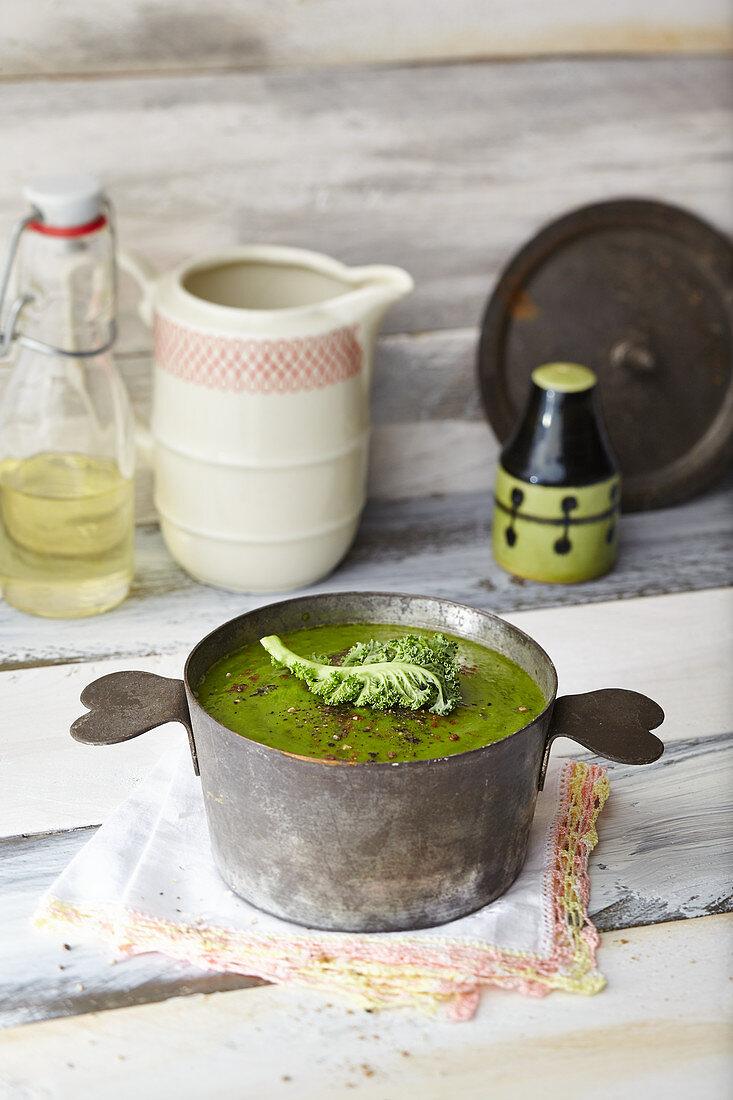 Tassensuppe Vitamin C Booster: Suppe mit Avocado, Grünkohl und Bärlauch