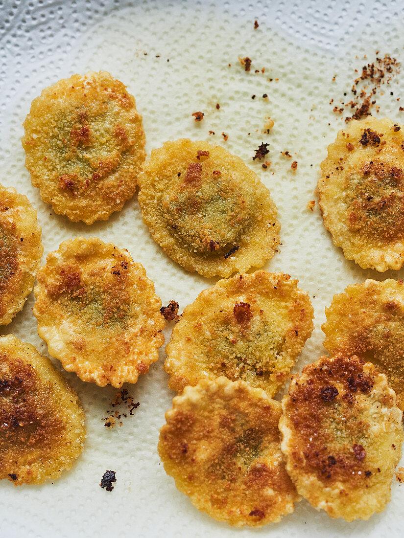 Ravioli auf Küchenpapier entfetten