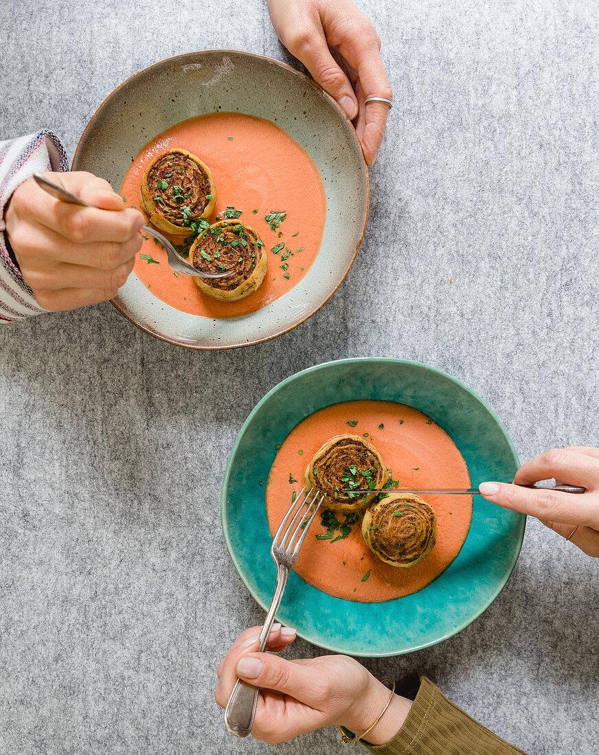 Gebratene Nudel-Hackfleischschnecken mit Tomatencreme