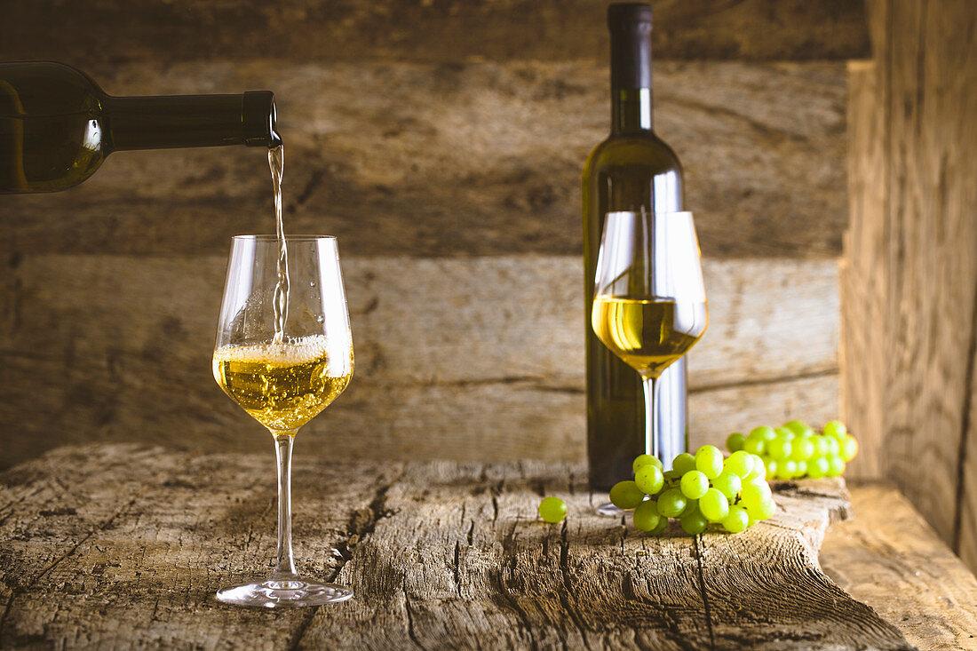 Weisswein wird in Glas gegossen