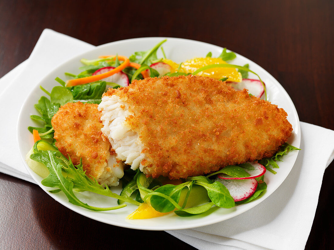 Panierter Alaska-Seelachs auf Salat
