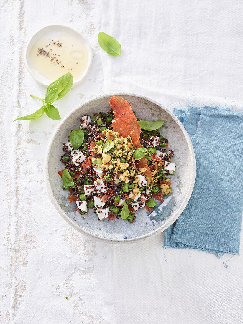 Quinoasalat mit Bohnen, Ziegenfrisckkäse, Rohschinken und Haselnüssen