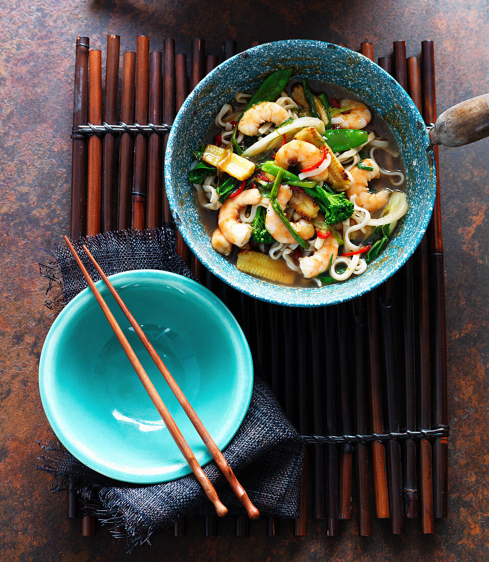 Noodle soup with oysters, ginger, spring onions, broccoli, baby corn and chilli (Asia)