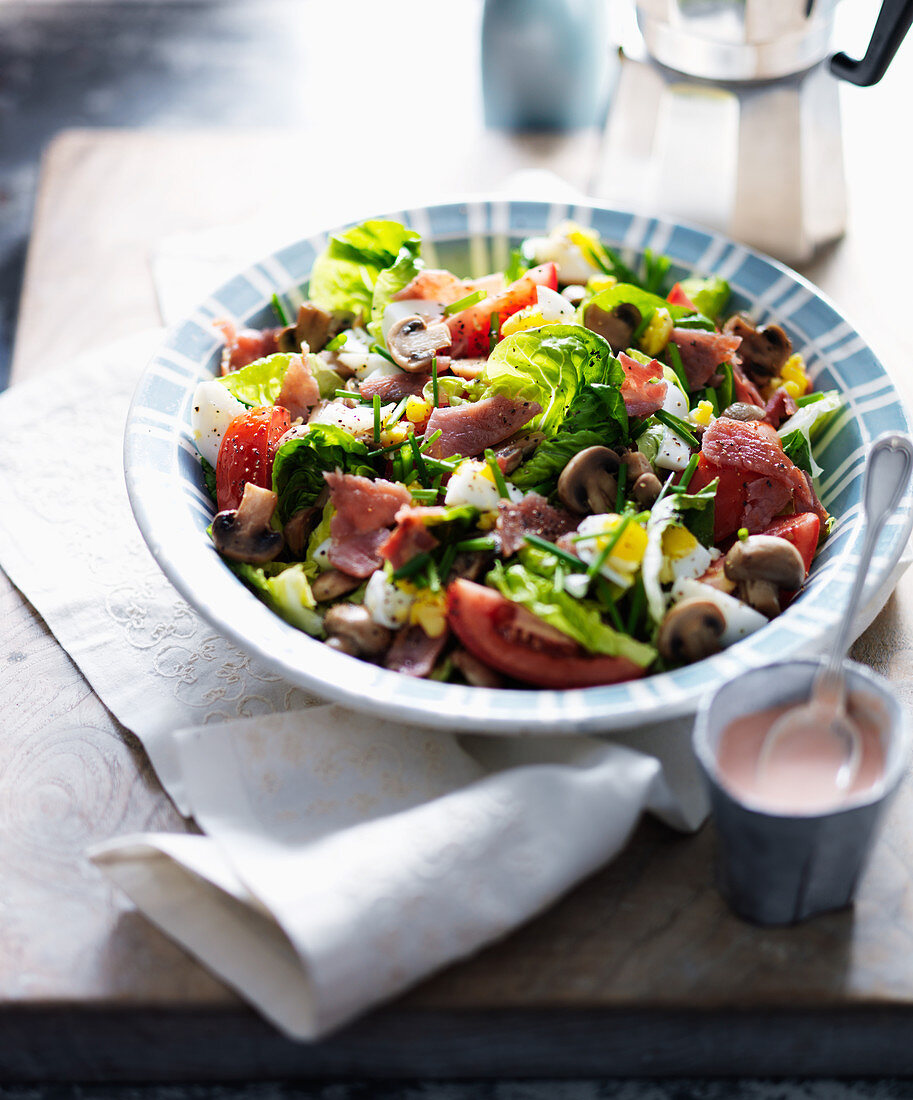 Breakfast salad with bacon, tomatoes, mushrooms and egg (England)