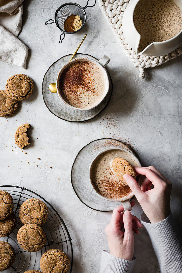 Vegan Cashew Gingersnap Lattes with ginger cookies