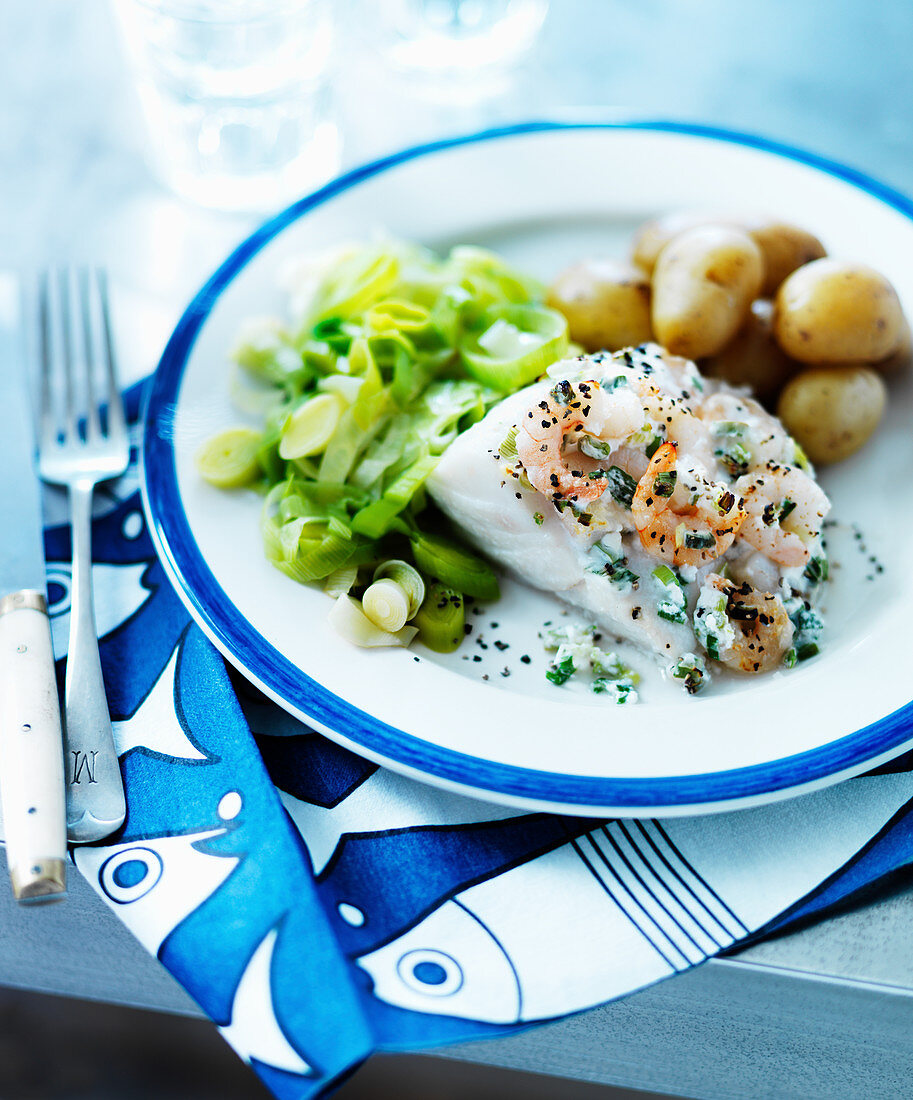 Baked fish with shrimps, leeks and potatoes