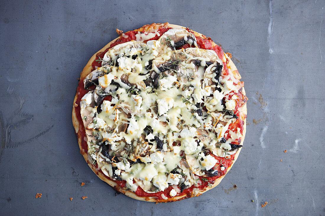 Pizza mit Pilzen und Feta
